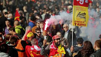 In ganz Frankreich gingen am Dienstag Menschen gegen die Reformpläne von Präsident Emmanuel Macron auf die Strasse.