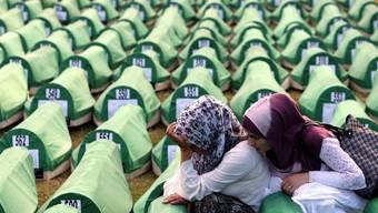 Opfer des Srebrenica-Massakers wurden Jahre später identifiziert und beerdigt (Archiv)