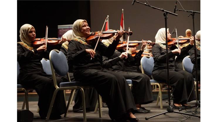 Den Taktstock können die ägyptischen Musikerinnen nicht sehen. Aber ein anfängliches Schnippen reicht und der Rhythmus sitzt.