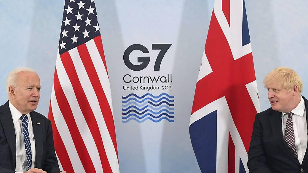 Boris Johnson (r), Premierminister von Großbritannien, und Joe Biden, Präsident der USA, während eines gemeinsamen Treffens vor dem G7-Gipfel. Foto: Toby Melville/reuters pool/AP/dpa