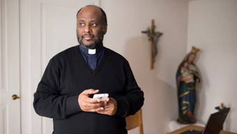 Der katholische Priester Mussie Zerai in seinem Büro in Erlinsbach im Jahr 2015.