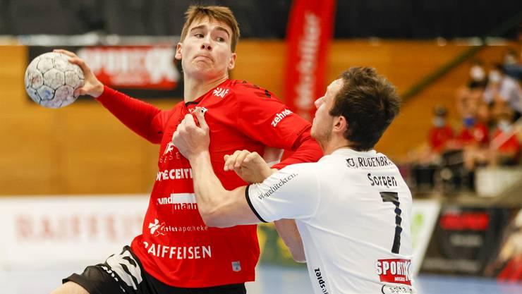 Manuel Zehnder (l.) war mit sechs Treffern, allesamt vom Siebenmeterpunkt, der erfolgreichste Werfer des HSC Suhr Aarau.