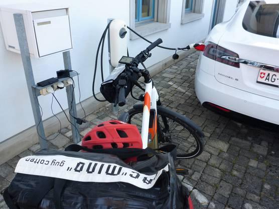 Laden neben einem Tesla beim Elektrofachgeschäft Richard Schmid AG in Zeihen