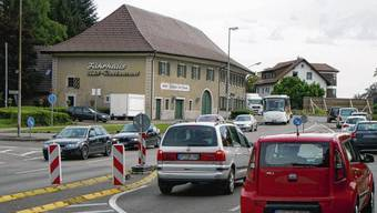 Damit ist am Fährhaus beim Waldshuter Zoll das Linksabbiegen in die Kupferschmidstraße und damit in Richtung Gewerbegebiet Kaitle und Gurtweil nicht mehr lange möglich.