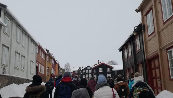 Der Chor spaziert durch Røros mit seinen typisch norwegischen farbigen Holzhäusern.