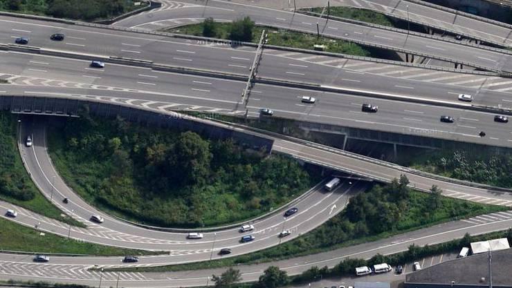 Der Lastwagenlenker beabsichtigte, im Schänzlitunnel vom linken auf den rechten Fahrstreifen zu wechseln.