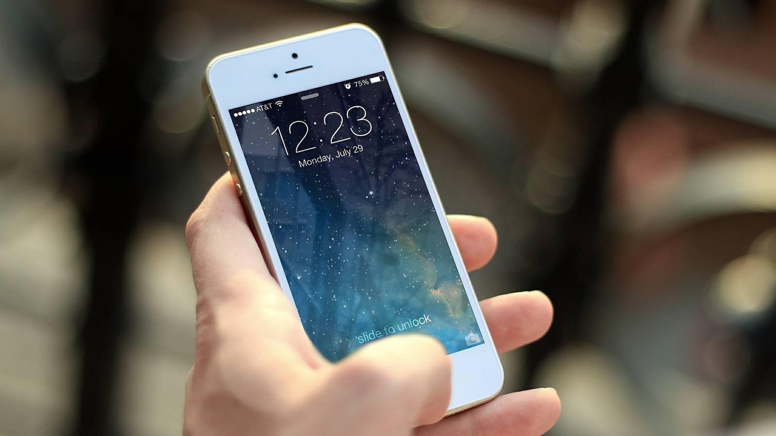 Platz 1: Erstaunlich aber wahr. Obwohl die meisten Urlauber ihr Handy kaum aus den Augen lassen, ist das Smartphone auf Platz 1 der am meisten vergessenen Gegenstände in Hotelzimmern. (© Pixabay)