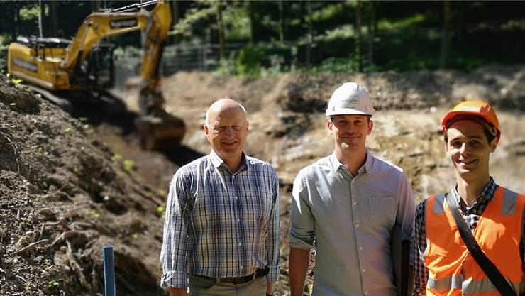 «Bisher im Zeitplan»: Gemeindeammann Peter Stadler, Cédric Frei von suisseplan Ingenieure AG Aarau, und Lorenz Schwery von Jäckli Geologie Baden (l.).