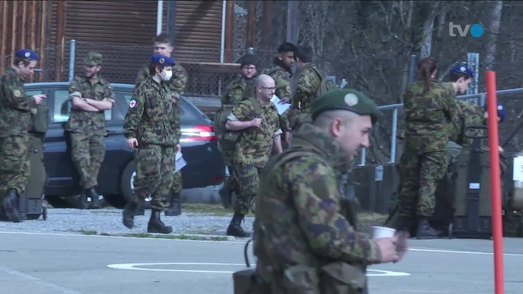 Spitalsoldaten stehen in Gossau bereit