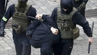 Zwei mit einem Schlagstock bewaffnete Polizisten verhaften einen Mann während eines Protests der Opposition gegen die offiziellen Ergebnisse der Präsidentschaftswahlen. Foto: Uncredited/ap/dpa