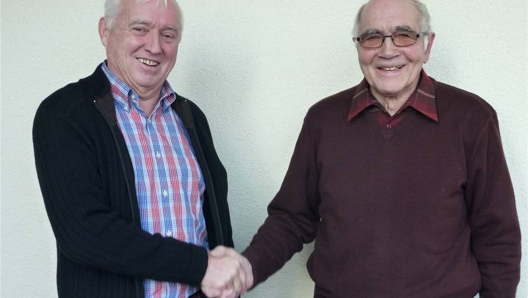 Der neue Obmann, Hanspeter Joss (links), dankt Heiri Pfister für den langjährigen Einsatz. GHI