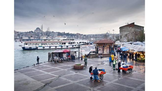 Der Markt am Fähranleger im Istanbuler Stadtteil Beyoglu: Die instabile Lage im Land wirkt sich auf die Geschäfte und den Tourismus aus. Foto: laif/Oliver Tjaden