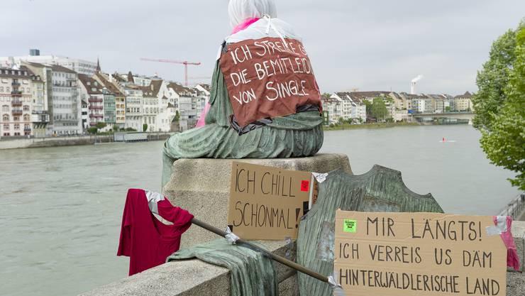 Die Skulptur Helvetia auf Reisen wurde mit Tuechern und Plakaten eingedeckt am Frauenstreik. (zvg / keystone)