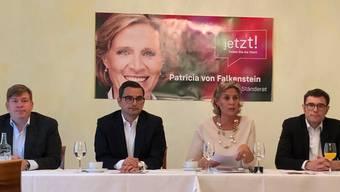 Die Kandidatin Patricia von Falkenstein (dritte von rechts), sekundiert von CVP-Präsident Balz Herter, FDP-Präsident Luca Urgese und glp-Vize Emanuel Ullmann. Ebenfalls unterstützt wird sie von der BDP, die mit Michel Schielly vor Ort war (nicht auf dem Bild).