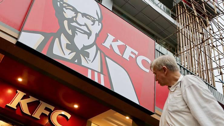Asiatische Ketten sind schon vor Ort, jetzt legt auch KFC nach: Die US-Restaurantkette eröffnet ihr erstes Fast-Food-Lokal in Myanmar. Ein Mann beobachtet die letzten Vorbereitungen (Archivbild).