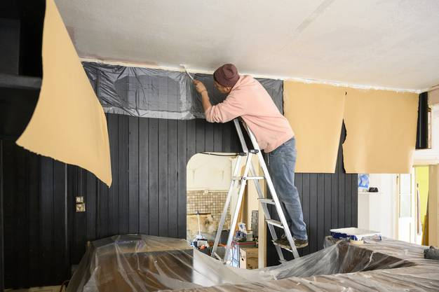 Bis zum Anlass müssen die Wände gestrichen, die Beleuchtung und die Filmleinwand installiert werden.