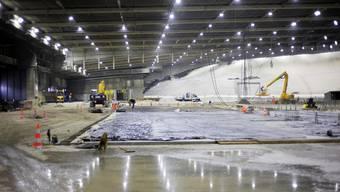 Manipulationshalle: Gegenwärtig wird die Bodenplatte vorbereitet, hinten die luftdicht abgedeckte Deponie.(Bild: Emanuel Freudiger)