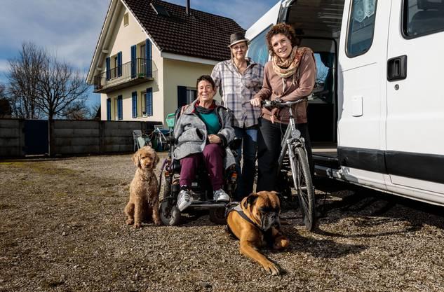 Dieses Gruppenbild entstand im Februar 2020. v.l. Hund Ivo, Daniela Moser, Cornelia Hess, Esther Lattmann und Hund Samu.