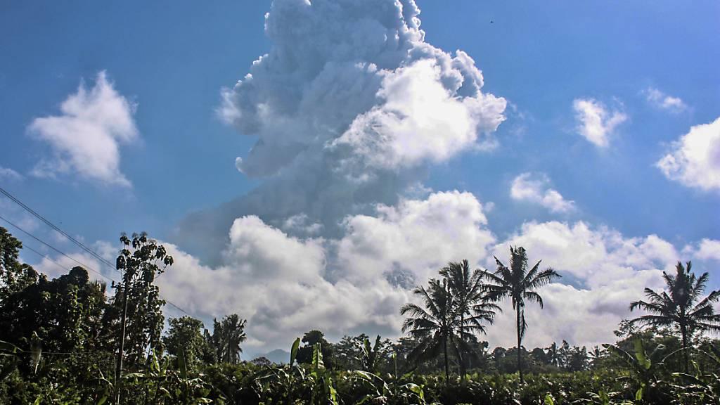 Der auf der Insel Java - rund 500 Kilometer östlich der Hauptstadt Jakarta - gelegene Vulkan Merapi ist am Sonntag erneut ausgebrochen. Der Berg stiess am Morgen zwei bis zu sechs Kilometer hohe Rauchsäulen aus, wie der Katastrophenschutz mitteilte.