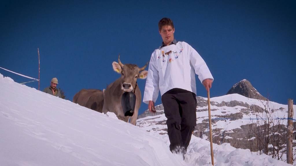 Familie im Schnee: Kuh-Karawane talabwärts