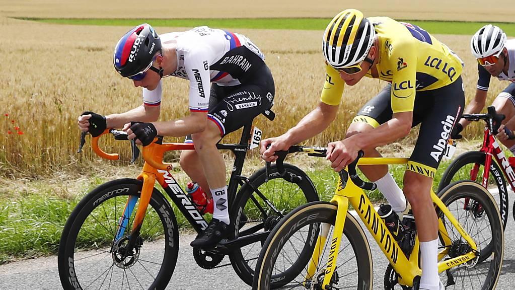 Mathieu van der Poel gehört in der 7. Etappe zu den Ausreissern und vergrössert seinen Vorsprung im Gesamtklassement, links der slowenische Tagessieger Matej Mohoric.