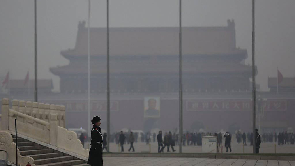 Smog vernebelt die Sicht auf dem Tiananmen-Platz in Peking. (Archiv)