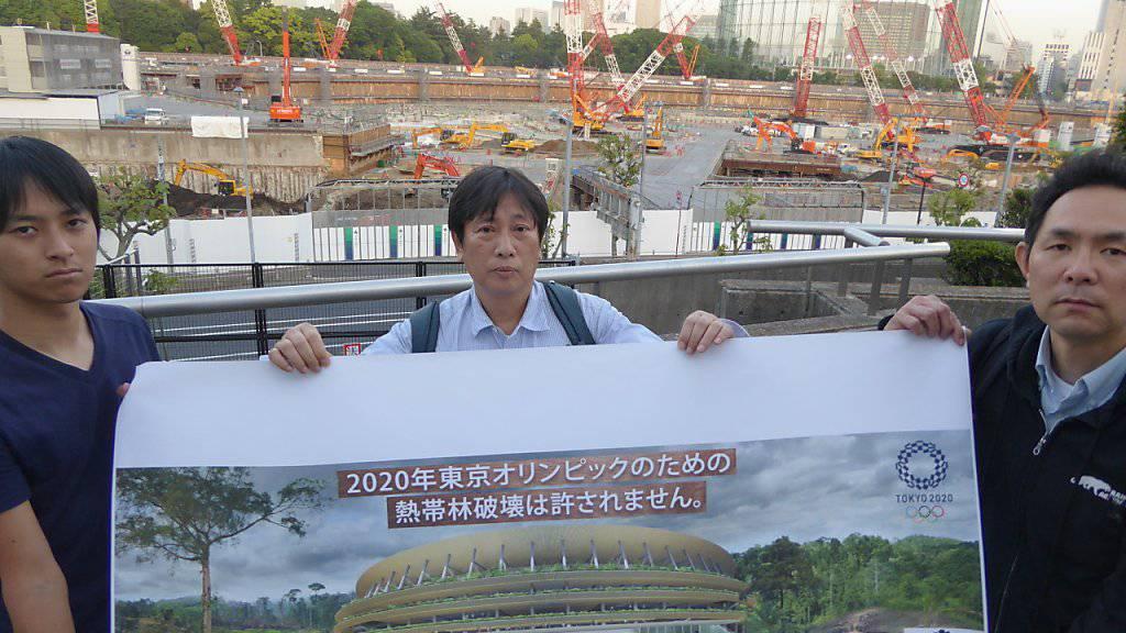 Neben der Petitionsübergabe in Bern protestierten Aktivisten auch auf der Olympia-Baustelle in Tokio gegen die Verwendung von Tropenholz.