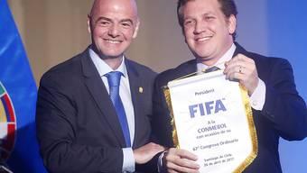 FIFA-Präsident Gianni Infantino (links) in Chile mit Alejandro Dominguez, dem Präsidenten des südamerikanischen Verbandes (CONMEBOL)