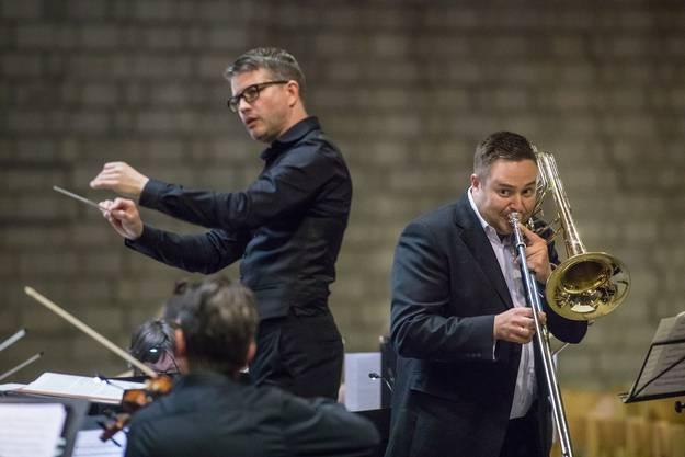 Orchesterleiter Hugo Bollschweiler (links) und Bassposaune-Solist Ben Green
