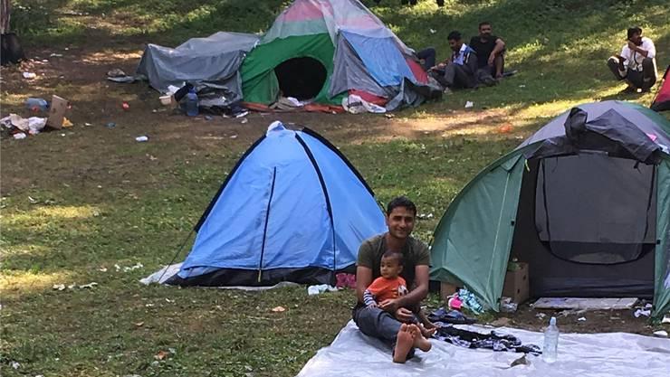 Eine Flüchtlings- familie campiert in einem Wald ausserhalb der bosnischen Stadt Bihać. Die Nächte sind kalt, das Essen knapp.