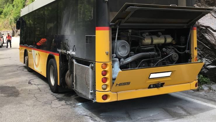 Das brandgeschwärzte Postauto nach dem Ende der Löscharbeiten.