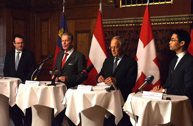 Die vier Wirtschaftsminister Thomas Zwiefelhofe (Lie), Reinhold Mitterlehner (Ö), Johann Schneider-Ammann (CH) und Philipp Rösler (D).
