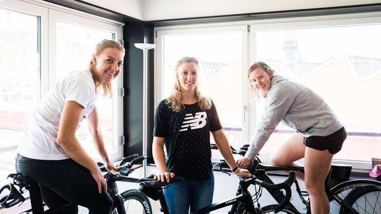 Die Schwestern Nina, Julie und Michelle Derron (v.l.) wohnen und trainieren gemeinsam.