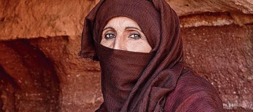Umm Yasser vor der Höhle ihrer Kindheit. «Es war ruhig, viel zu ruhig», findet die Beduinin.