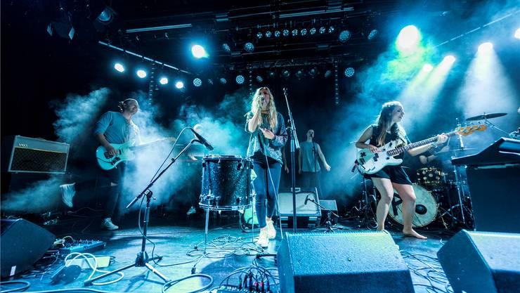 Die Band Ahrya mit Carla Fellinger (Gesang) und Jonas Wolf (Gitarre) im Club Mehrspur im Toni Areal Zürich. Johannes Dietschi