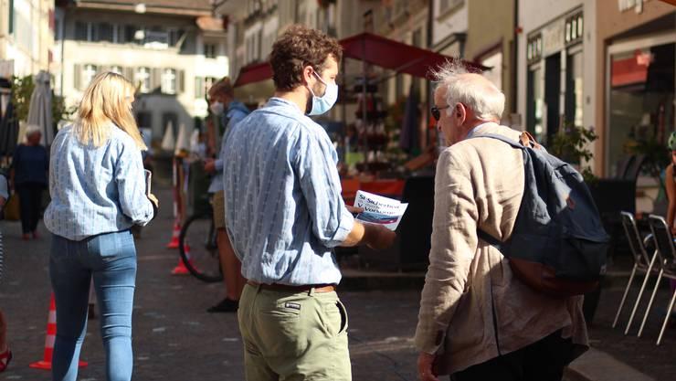 Mit einer Aktion sorgten die Jungen Grünen Aargau am Wochenmarkt in Lenzburg für erstaunte Blicke.
