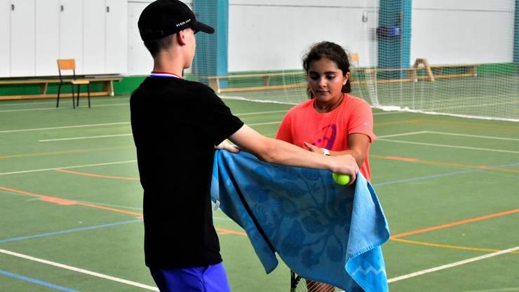 Joel Kunz bringt einer Juniorin während eines Trainingsspiel ihr Schweisstuch.