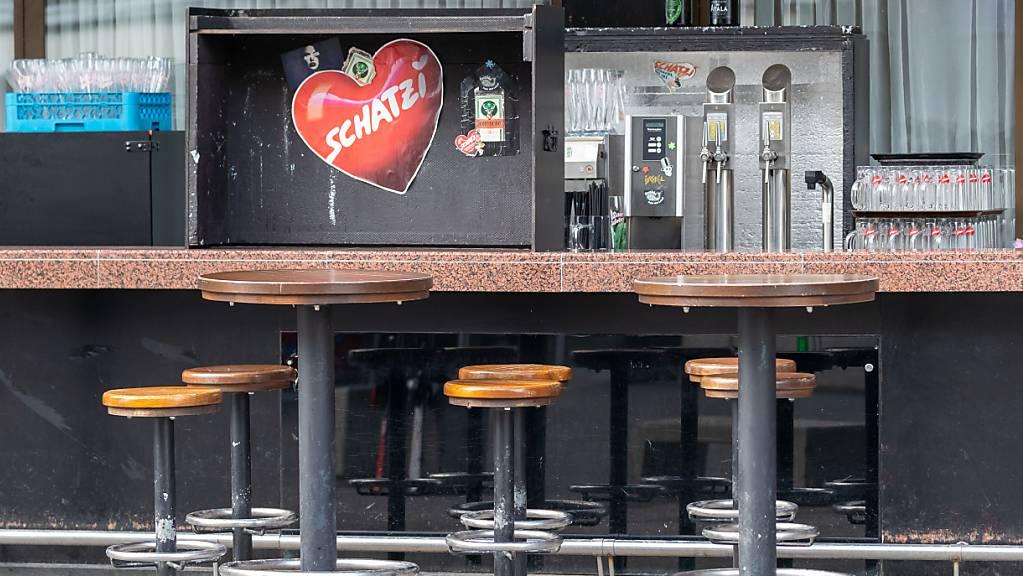 ARCHIV - Eine leere Bar. Zu den folgenschweren Ereignissen in der Corona-Krise in Ischgl ermitteln die Behörden in Österreich gegen vier Beschuldigte. Foto: Jakob Gruber/APA/dpa