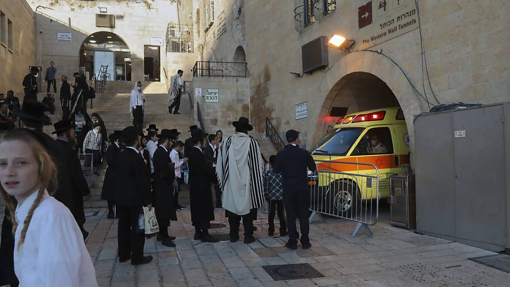 Menschen versammeln sich in der Nähe des Tatorts eines Messerangriffs in der Altstadt von Jerusalem. Eine Palästinenserin hat nach israelischen Polizeiangaben mehrere Polizisten in der Altstadt von Jerusalem mit einem Messer angegriffen. Die Polizisten hätten daraufhin auf sie gefeuert und sie tödlich verletzt, hieß es in einer Mitteilung. Foto: Mahmoud Illean/AP/dpa
