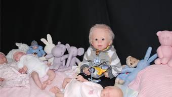 Fricker Künstlerin fertigt echte Baby-Puppen an