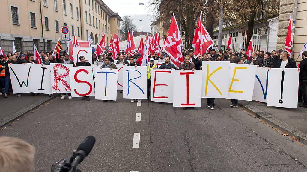 Bauarbeiter, die in den Gewerkschaften Unia und Syna organisiert sind, demonstrieren in der Stadt Zürich für einen neuen Landesmantelvertrag, den Erhalt der Rente mit 60 und besseren Schutz bei Schlechtwetter und Lohndumping.