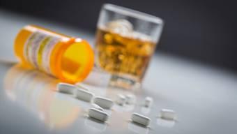 Aktuelle Zahlen alarmieren: Ein Drittel der Schweizer Pensionierten greift riskant oft zum Alkohol. Auch der gewohnheitsmässige Pillenkonsum ist ein Problem.
