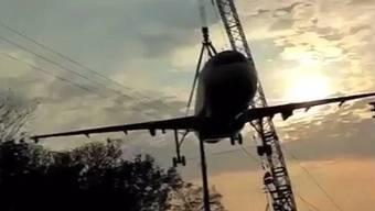 Auch ohne Ton dramatisch genug: Der «Flugzeugabsturz» am Begumpet Airport.