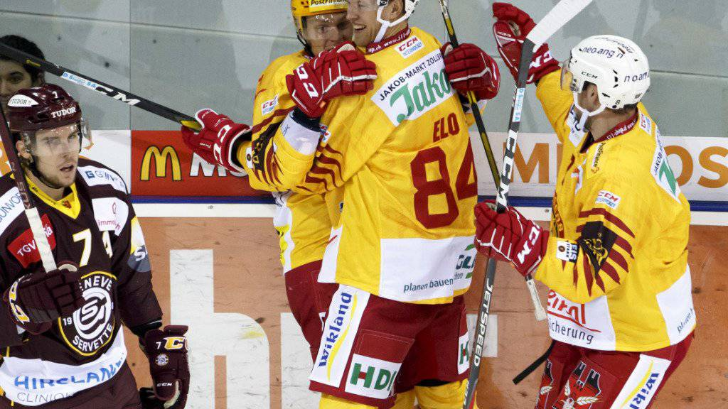 Eero Elo und Topskorer Harri Pesonen feiern den Treffer zum 4:2