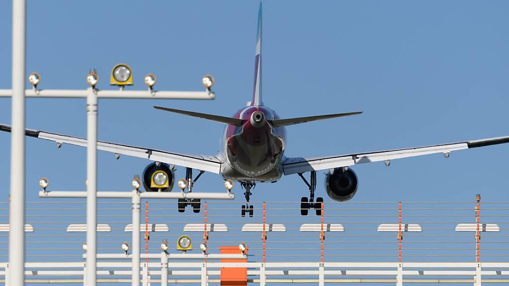 ARCHIV - Ein Flugzeug vom Typ Airbus A320 während einer Landung. Foto: Robert Michael/dpa/Symbolbild