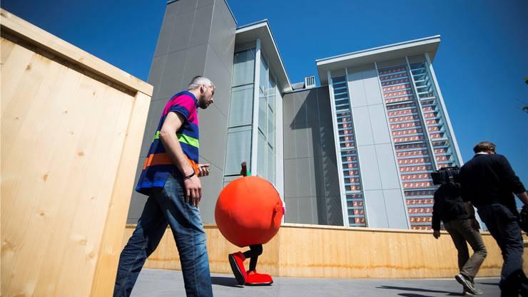 Einer der vier Türme des Schweizer Pavillons an der Expo Mailand ist mit Apfelringen gefüllt, ein Teil davon aus dem Fricktal. KEY