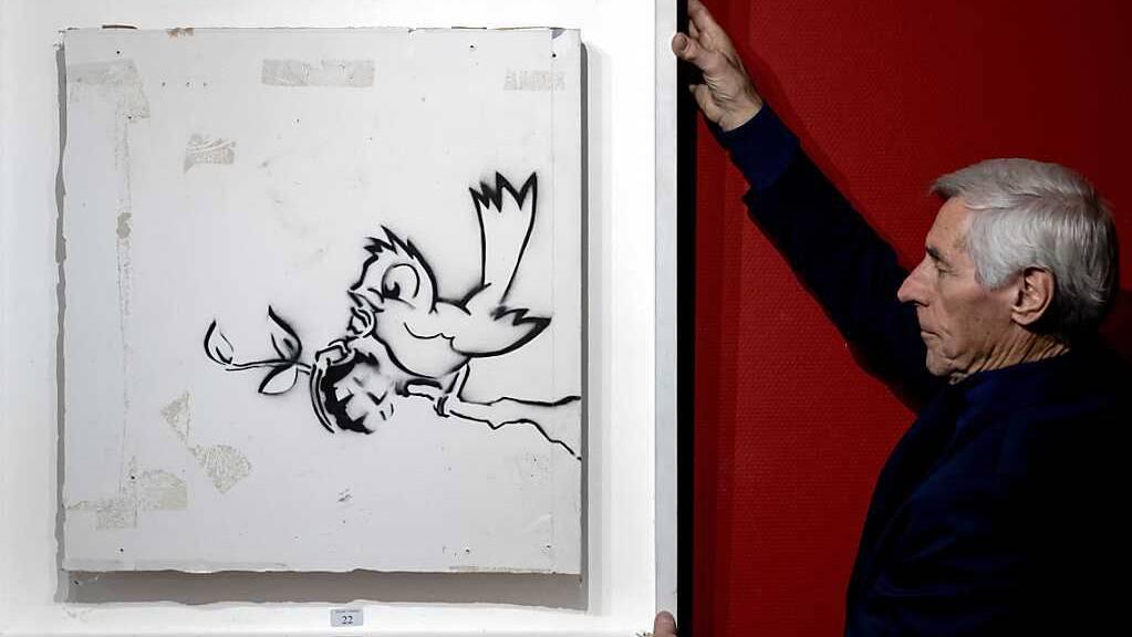 Das Bild «Bird with Grenade» («Vogel mit Granate») des Künstlers Banksy im Auktionshaus Hessink's. Foto: Sander Koning/ANP/dpa
