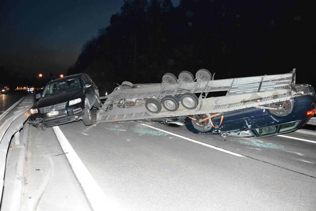 auf der abschüssigen Strecke die Kontrolle über die Fahrzeugkombination und geriet ins Schleudern.