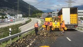 Die Polizei hilft beim Aufräumen: 150 Harasse Bier stürzten in Chur von einem Sattelschlepper auf die Zufahrt zur A13