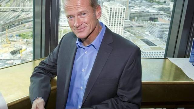 Swisscom-Chef Carsten Schloter und sein iPhone (Archiv)